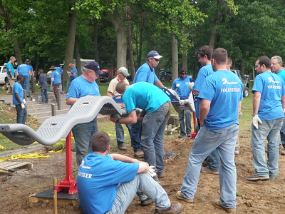 People working toghether on a volunteer day